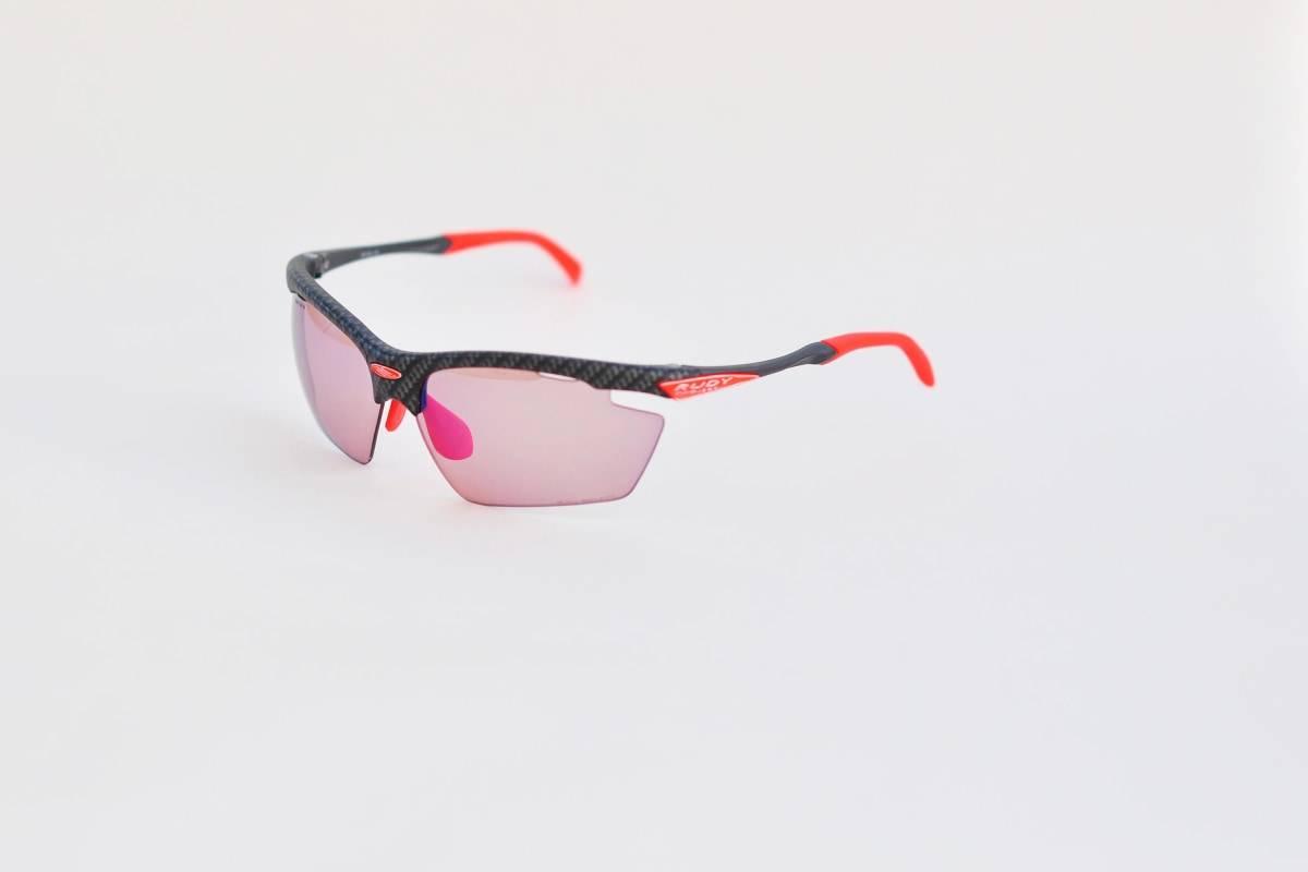 ROSENRØDT: Rudy Project Agon med fotokromatiske glass har en herlig rosa-rød farge når sykkelbrillene mørkner. I skumring er de helt lyse.