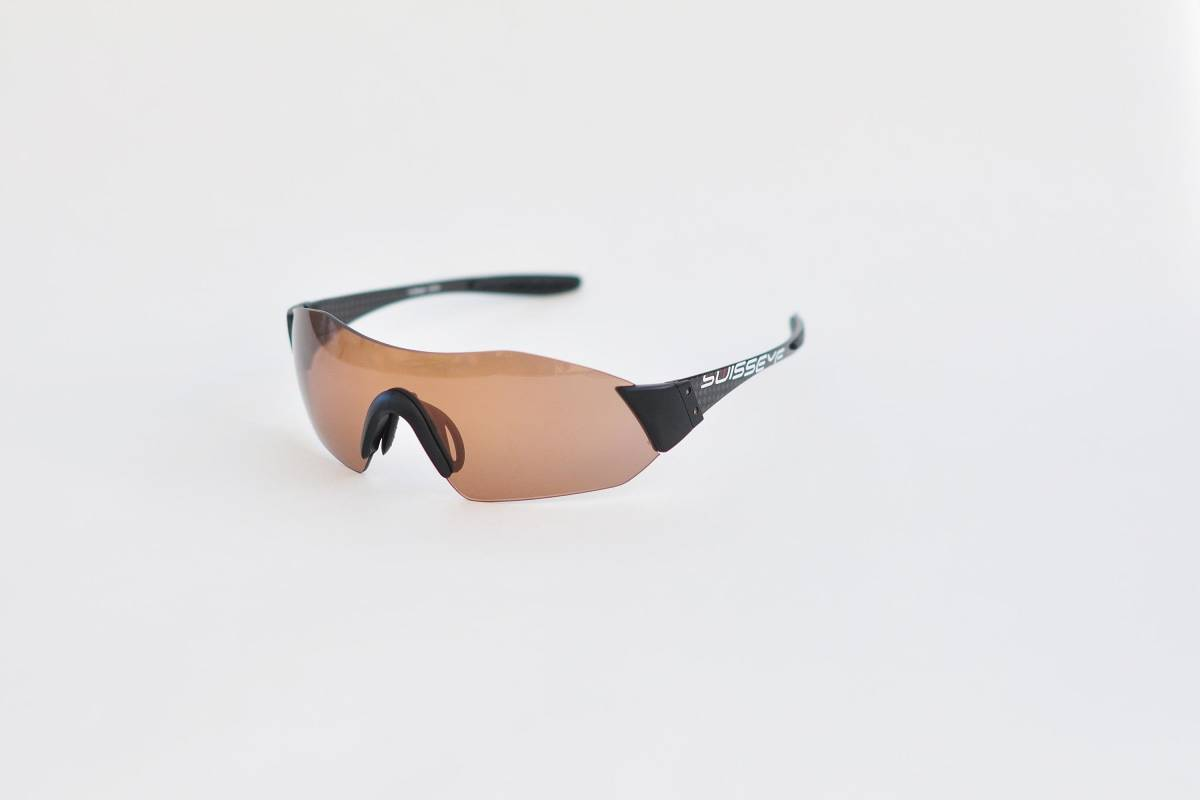 Urverk: Fra mørkt til mørkere: Swisseye C-shields rammeløse glasse skifter farge, men blir aldri helt lyse.