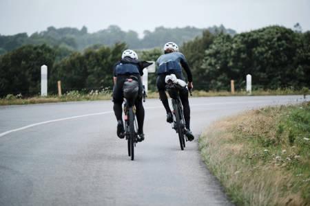 Stri tørn: De siste milene mot Brest beskriver duoen som de aller verste. Ikke fordi de var slitne, men fordi det blåste så mye at de knapt greide holde seg på veien. Foto: Henrik Alpers