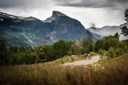 GIFTEKLARE: I bakgrunnen ser du sommerutgaven av «Brudesløret», hvis egentlige  navn er Hydnesfossen.