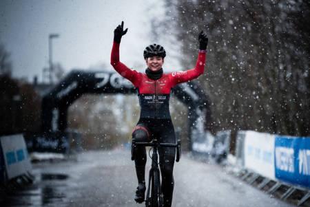 NORGESMESTER: Mie Bjørndal Ottestad kom alene til mål under NM i cyclocross i Spikkestad. Foto: Henrik Alpers.