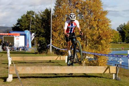 SOLEKLAR SEIER: Tobias Johannessen syklet inn over ett minutt foran Søren Wærenskjold, som tok andreplassen i Grenlandskross. Foto: Ole-Tommy Andersen