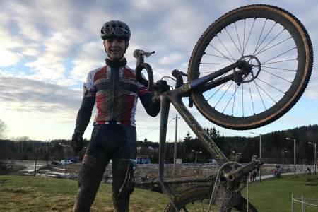 ANDRE  STRAKE: William Høines Larsen vant NM i cyclocross på Spikkestad i går. I dag vant han Norgescupen i CX sammenlagt i samme løype. Foto: Privat