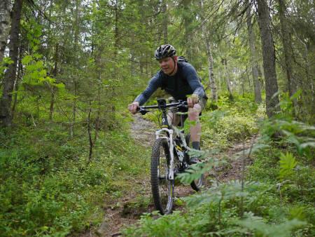 OPP FRA SOFAEN: Hjertesyke Øivind Grønli kan med el-sykkel bli meg kompisgjengen på stisykkeltur. Det gir inspirasjon til mer aktivitet. Foto: Stig Nerland