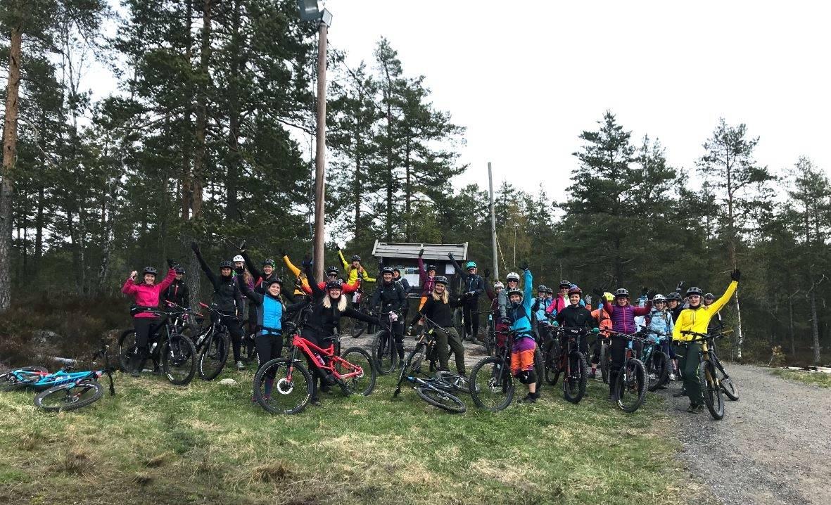 damer som sykler, enduromiljø for jenter