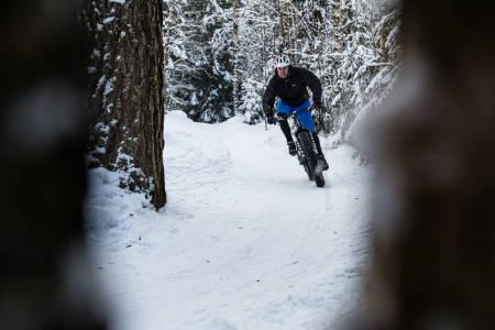 BRRRREMS! Å kle seg rett er ofte den største utfordringen med vintersykling. Kristoffer Kippernes har ett og annet tips. Bilde: Christian Nerdrum