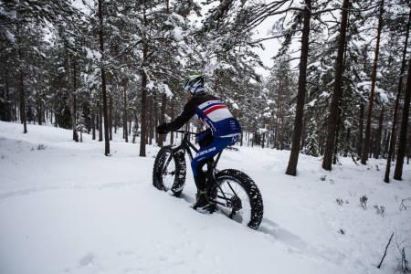 EKSTREMT FREMKOMMELIG: Espen Wethe har eksperimentert mye med dekktrykk, og funnet ut av at det ofte kan være best «uten luft» i løs snø. Bilde: Christian Nerdrum