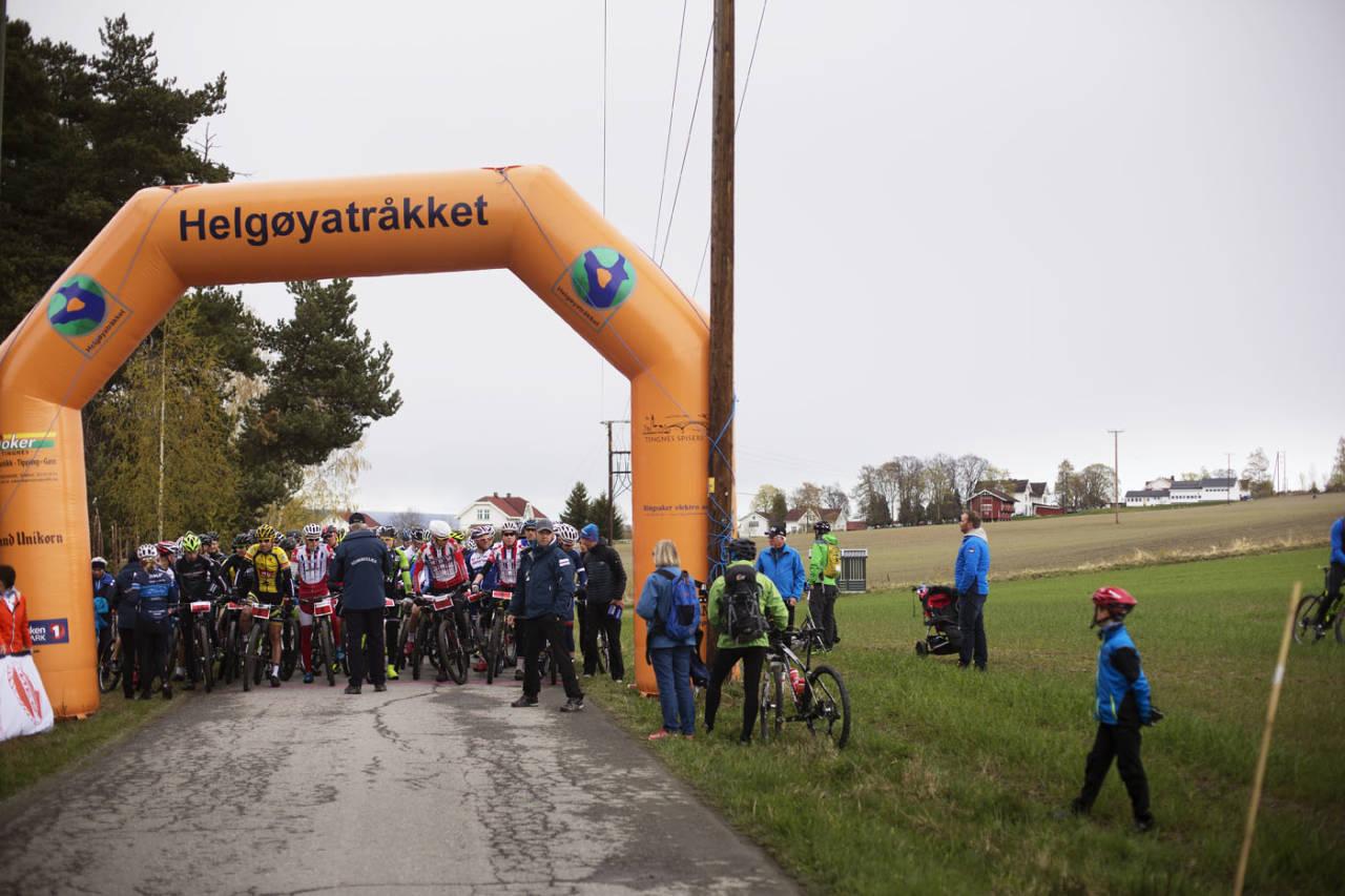 VENTER HØFLIG: Et knippe ryttere venter høflig på at startskuddet skal gå under Helgøyatråkket. Foto: Kristoffer H. Kippernes