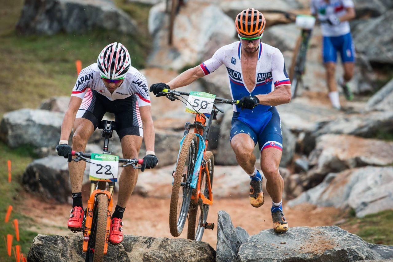 PUNKTERT: Det var ikke bare fordekket til Sagan som punkterte på den første runden, en del av spenningen i rittet forsvant også. Foto: UCI