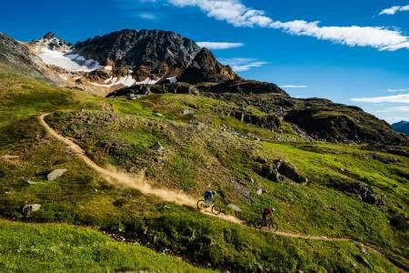 FINE FJELL: Babine mountains i British Columbia har stier og utsikt som kan konkurrere med det meste. Julia Hoffman og Daniel Schaefer nyter sitt besøk hos Mattias Fredriksson.