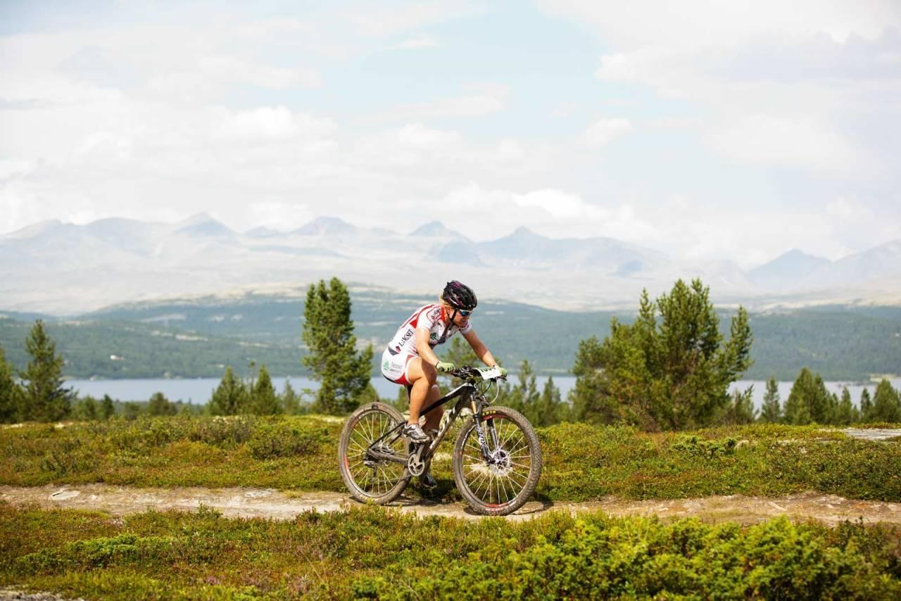 Fine fjell: Hildegunn G. Hovdenak nærmer seg mål på Rondablikk, med kanskje landets fineste ritt-utsikt på sin venstre. Foto: Kristoffer H. Kippernes
