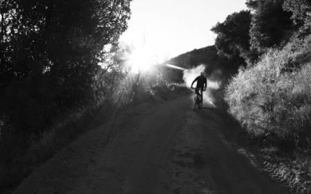 DEN AMERIKANSKE DRØMMEN: Slipp bekymringene fri og slædd nedover en støvete grusvei i California i sommer. Foto: Hans Petter Hval