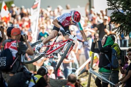 AMBASSADØR: Nino Schurter er rundbanesyklingens store stjerne. Statusen blir ikke mindre av å trikse fra første runde foran 30 000 tilskuere i sitt lokale VM-ritt som han kontrollerer fra start til mål. Foto: UCI.