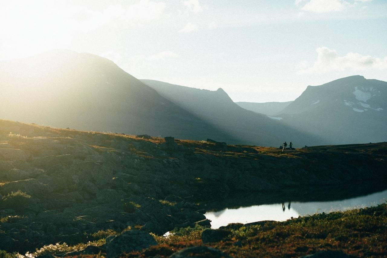 Gyllen time: Erik Eldjarn og Henriette Jordheim på vei mot Gappohytta i tilsynelatende evigvarende gullys.