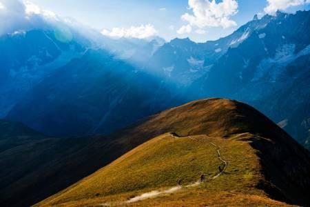 Idyll: Karen Eller, Holger Meyer og Massimo Ferro setter fart i Val Ferret, Aosta. Foto: Mattias Fredriksson