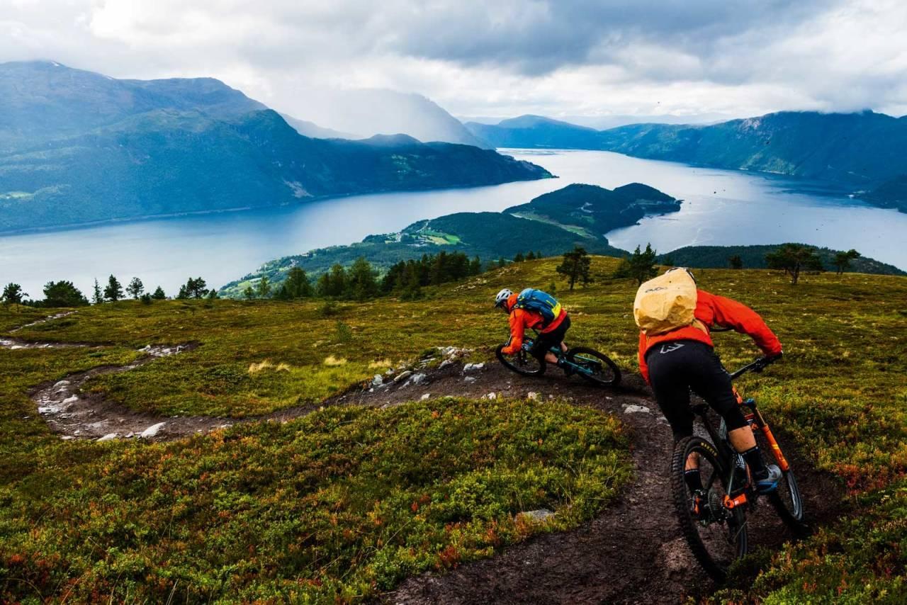 FLYTSTI: Syklister liker flyt, og det er lett å få på Haugsvarden i Sandane. Stien går fra 862 meter over havet, nesten helt ned til fjorden.