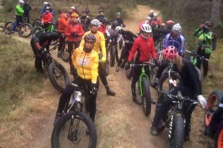Brede smil over hele fjøla da Michael Cook og Pål Ivar Nebbenes hadde med seg 30 damer på tur i anledning verdens tjukksykkeldag. Foto: Duke Sport