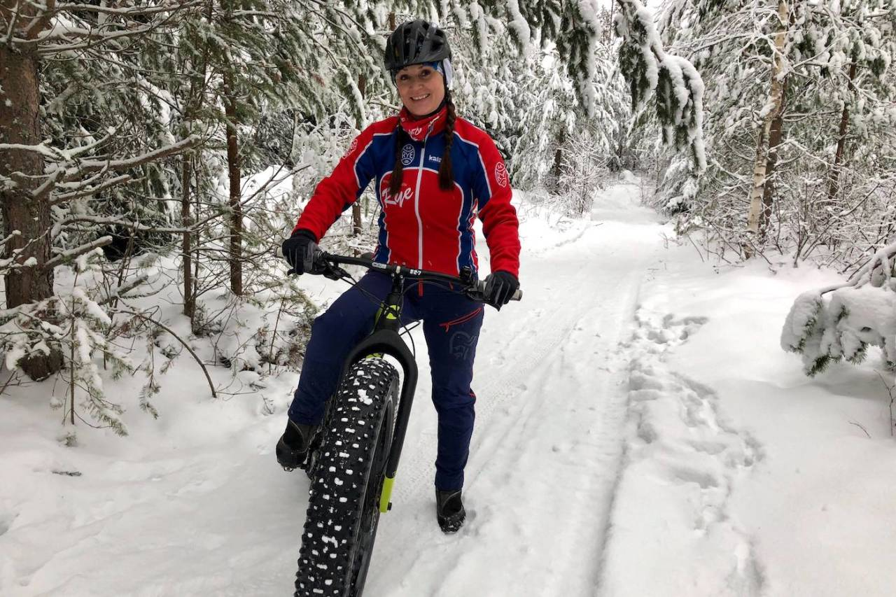 Linda Treseng sykler alle vinterøktene utendørs, på fatbike. Foto: Privat