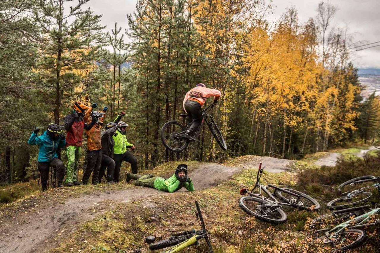 Aron Huckeforening er en jovial gjeng som treffes for å sykle små hopp og dropp i Drammen skisenter. Foto: Svenn Fjeldheim