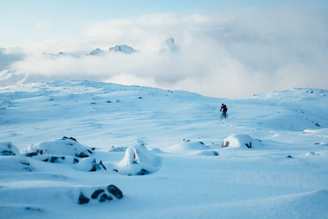 HIMMELEN, ALLTID BLÅ: Bak skyene. Inntil neste snøbyge tar over. Bo Eide lager sin egen sti i løssnøen på Storbogtinden.