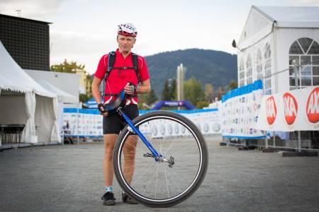 ENHJULING: Mens de fleste har nok med å komme seg gjennom ritt på to hjul, så valgte Reidar Kaland Olsen å sykle Fredagsbirken på ett hjul (foto: Snorre Veggan)
