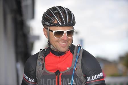 BLODSMAK? - Bare digg. Øyvind Horgen kjører for Blodsmak sportsklubb, som har sitt utspring i forumet på terrengsykkel.no. Foto: Kent Murdoch