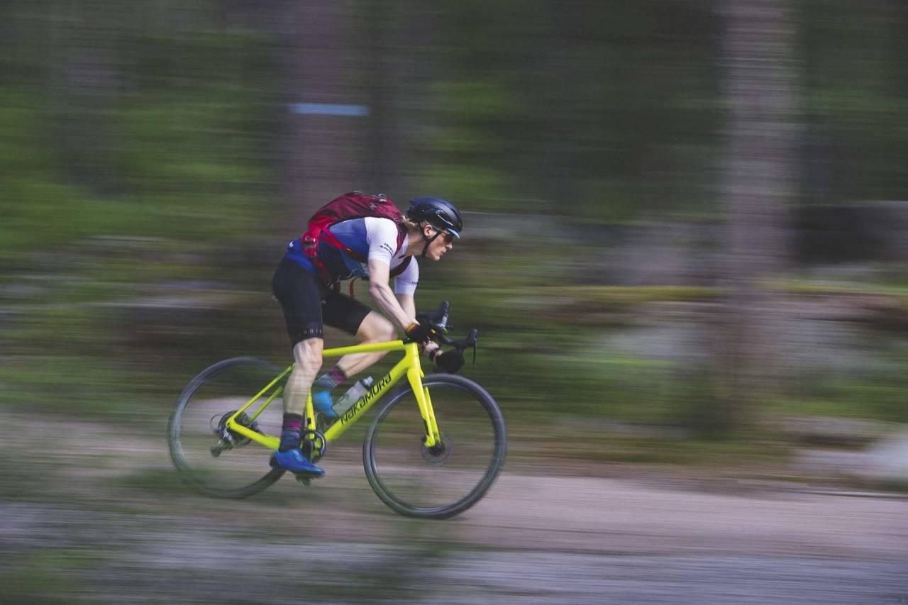 NED I BUKKEN: Øyvind Aas ligger i trening mot Birken - med bukkstyresykkel. Foto: Kristoffer H. Kippernes