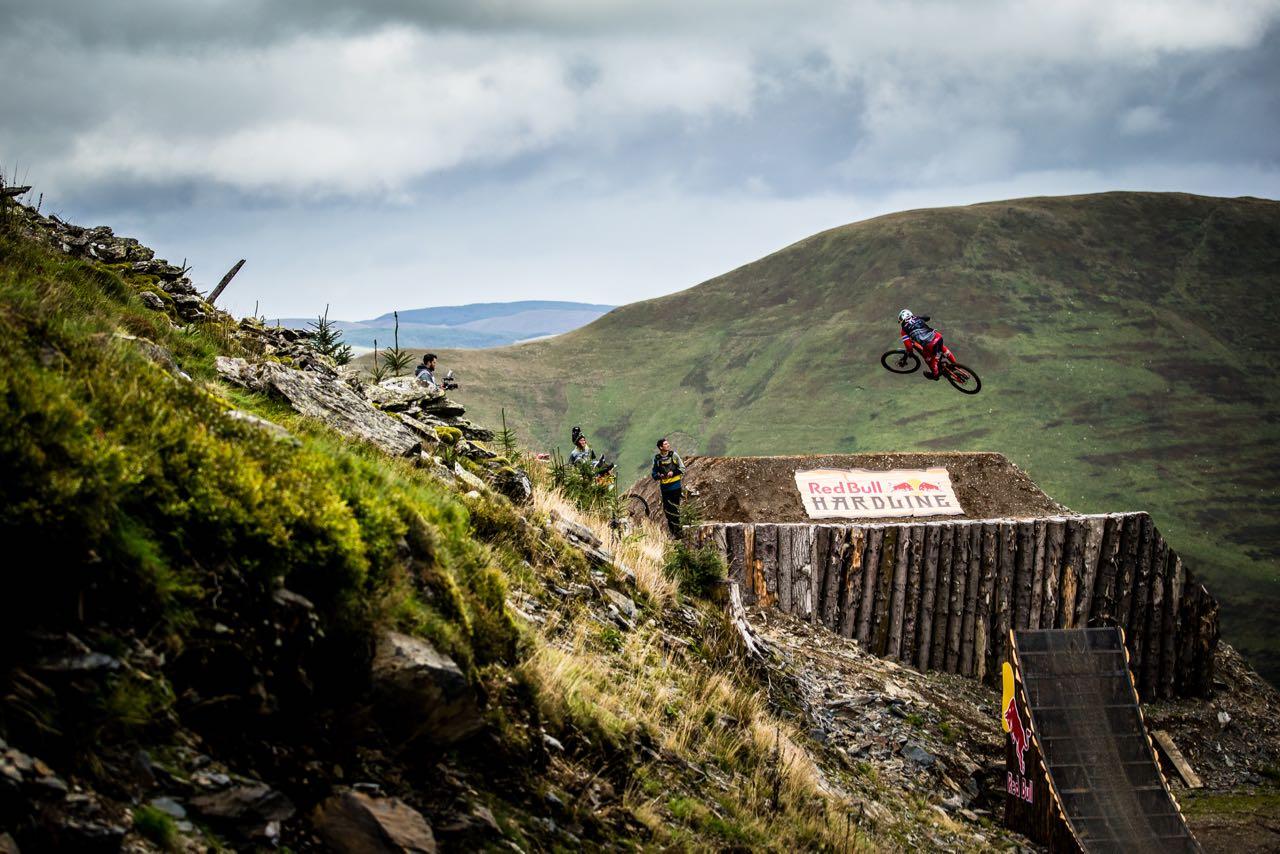 STORE HOPP: Brage Vestavik er bedre på store hopp enn de fleste. Foto: Boris Beyer/Red Bull