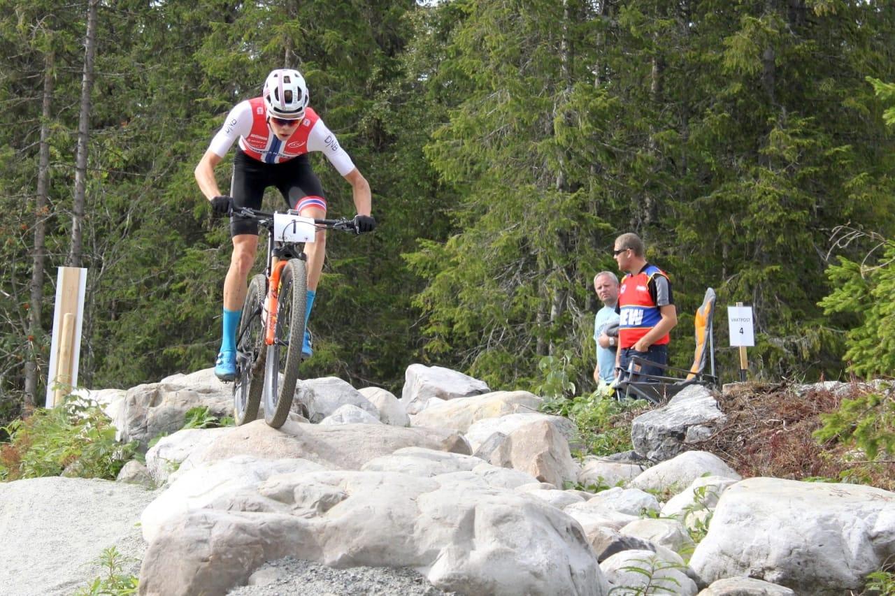 Erik Hægstad på vei mot seier i rundbanerittet under helgas Norgescup på Veldre Sag. Her blir det NM 2020. Foto: Cato Karbøl
