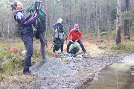 Høstens stibyggerkull har ferdigstilt nesten en kilometer sti, som nå skal tåle både regn og trafikk. Det krever drenering og stein, og den har elevene båret sjøl. Foto: Heidi Medgard Oskam