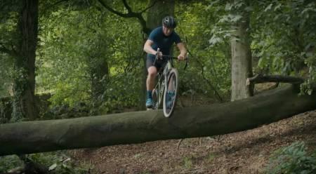 HINDERHOPP: Chris Akrigg har ingen problemer med å bunny-hoppe hinderne i sin lokale crossløype