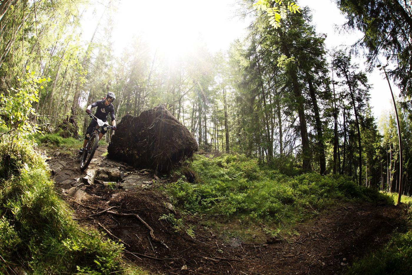 Terrenget i området rundt Tårnbakken og klatreparken i Tryvann er teknisk samt at underlaget gjør Oslo Enduro beryktet for punkteringer. Foto: Kristoffer Kippernes