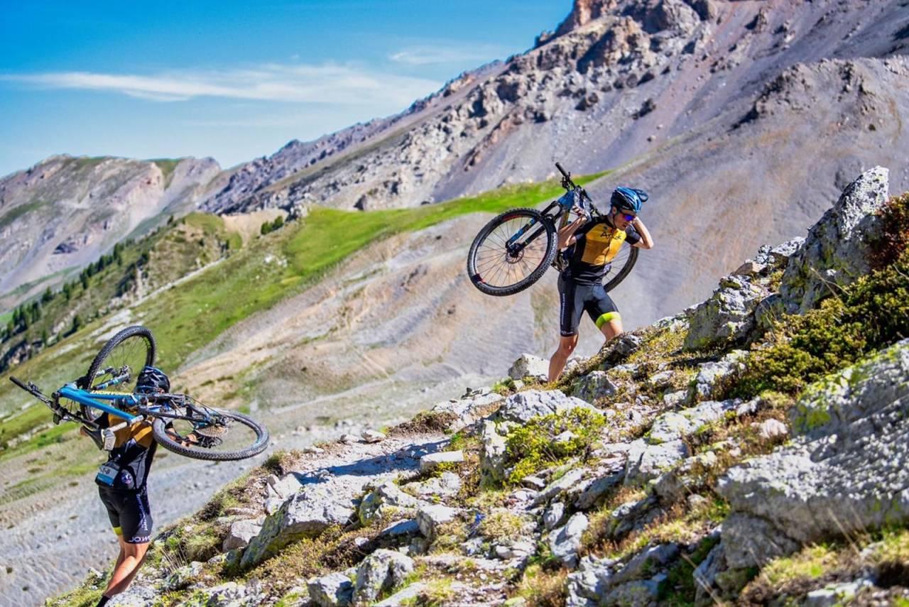 Alps Epic var brattere, mer teknisk og mer spektakulært enn forventet, sier ekteparet Synne Steinsland og Anders Seim, som vant mixedklassen sammenlagt etter å ha syklet alle etappene i ledertrøya. Foto: Remi Fabregue/Alps Epic