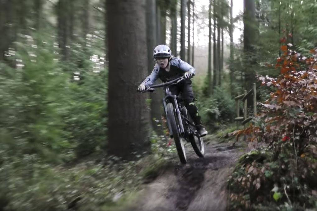 TØFFING: Harry Schofield er ikke redd for å gi gass på sykkelen. Foto: Skjermdump.