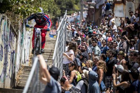 Brage Vestavik er glad for å komme seg gjennom det årlige urbanrittet gjennom gatene i Valparaiso, Chile. Foto: Fabio Piva/Red Bull Content Pool