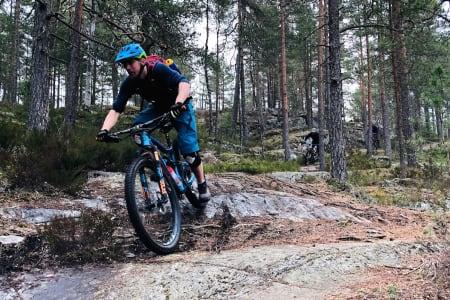 Rykter om nesten snøfrie stier kombinert med sol og varmegrader trakk over 30 stisyklister til årets første GTG-tur med NOTS i Oslomarka. Foto: Lars Thomte