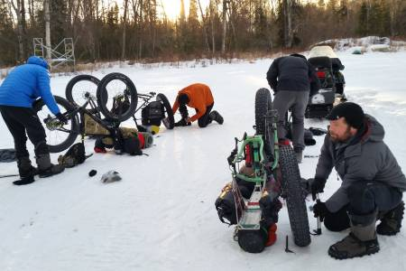 Pensum på treningssamlingene til det 500km lange ultrarittet Iditarod Trail Invitational i Alaska består av å løse de utfordringene deltakerne kan møte underveis, slik som punktering og utstyrsproblemer. Foto: Kathi Merchant/Iditarod Trail Invitational