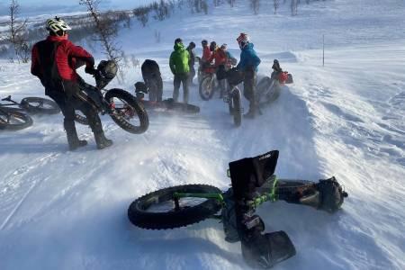 Det blåser for tida hardt i området der det 150km lange fatbikerittet Fat Viking skal sykles i helga, og kommer det ikke mer snø, vil det bli ekstremt krevende i år selv om vinden løyer. Foto: Nina Gässler