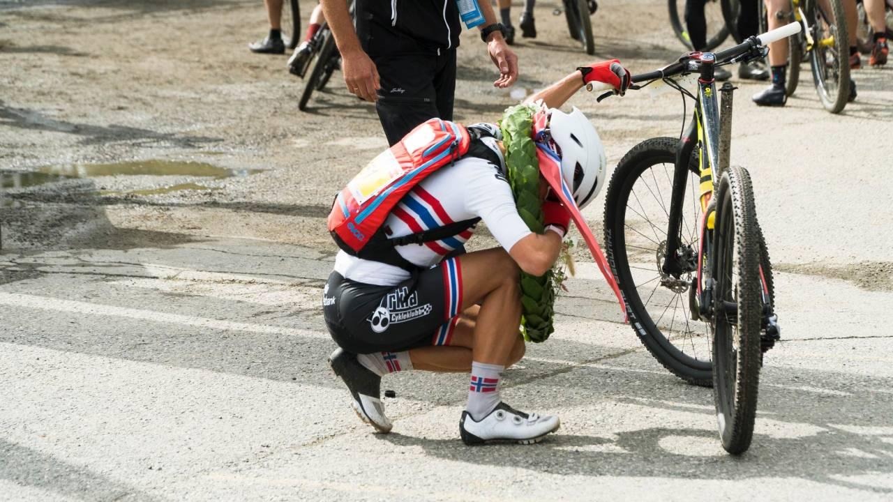 RASKEST: Det var ikke en helt upåvirket Borghild Løvset som kom inn i mål, å sykle de siste kilometerne med kraftige smerter og uten mulighet for å sitte må ha kostet sitt. Foto: Henrik Ulleland