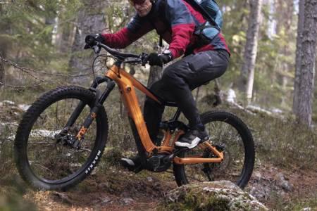Inntil videre er det lov å sykle med elsykkel på stier i Oslomarka, men Oslo kommune oppfordrer likevel elsyklistene til å holde seg på grusveiene. Foto: Kristoffer Kippernes