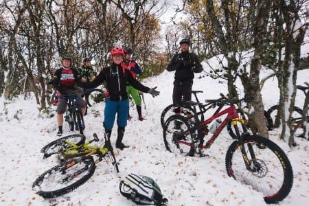 Vinter møtte høst på Oppdal i helga, men det la ingen demper for stemningen på Oppdal stisykkelcamp. Foto: Odin Sande