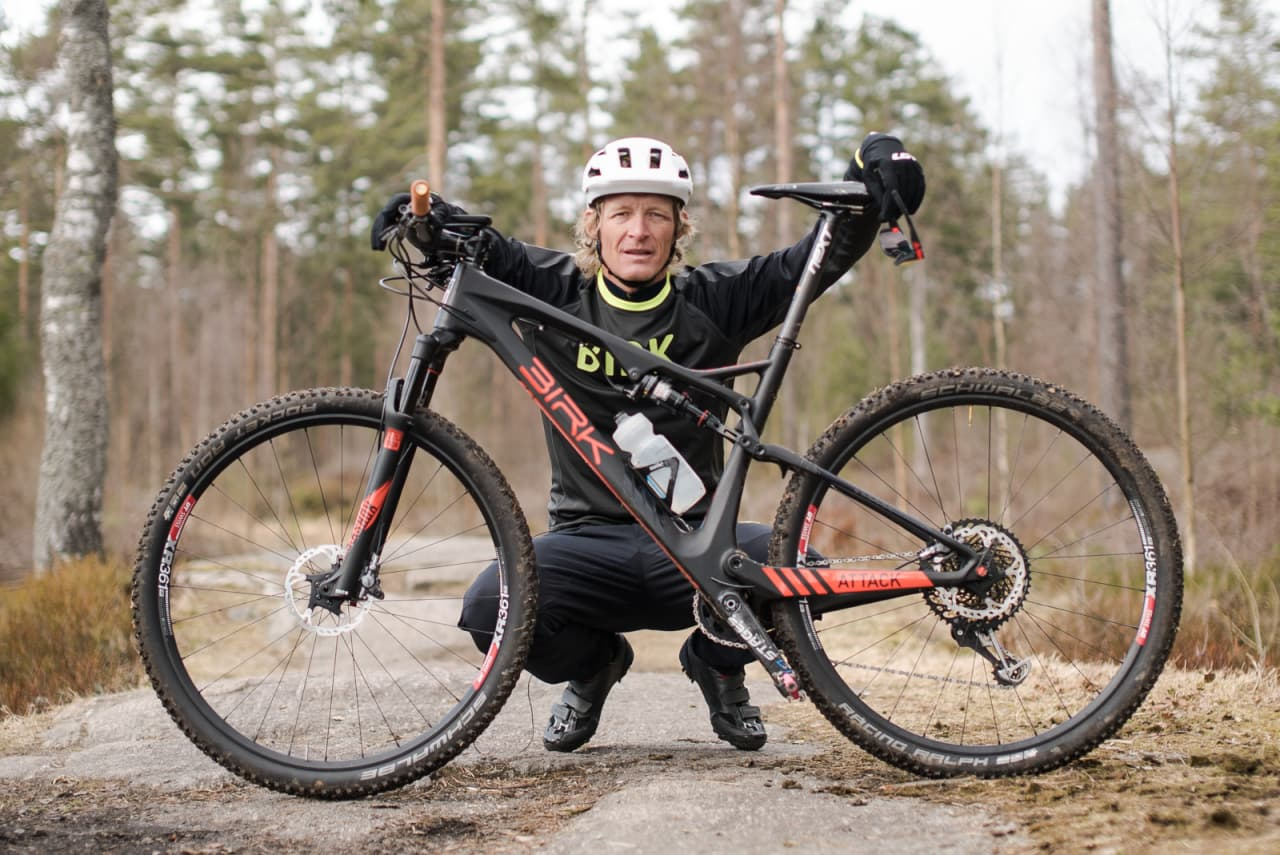 Redaktør Øyvind Aas åpner kunnskaps-sekken i en ny sesong av Rittklar. Denne gangen får han med seg noen av landets største maraton-, sprint- og rundbane-syklister. Bilde: Christian Nerdrum