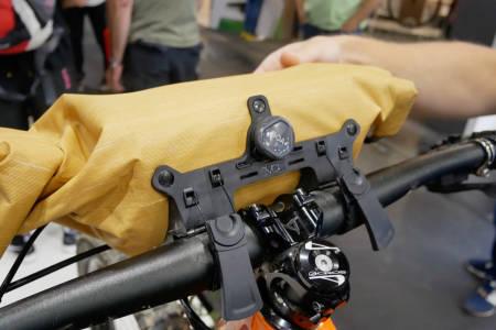 MED BOA: Evocs bikepacking-vesker festes til styret eller setepinnen med en solid og effektiv Boa-snelle. Styreveska kommer i flere størrelser. Den nette seteveska festes lett med Boa-snella, men kan også lett hektes av setepinnen