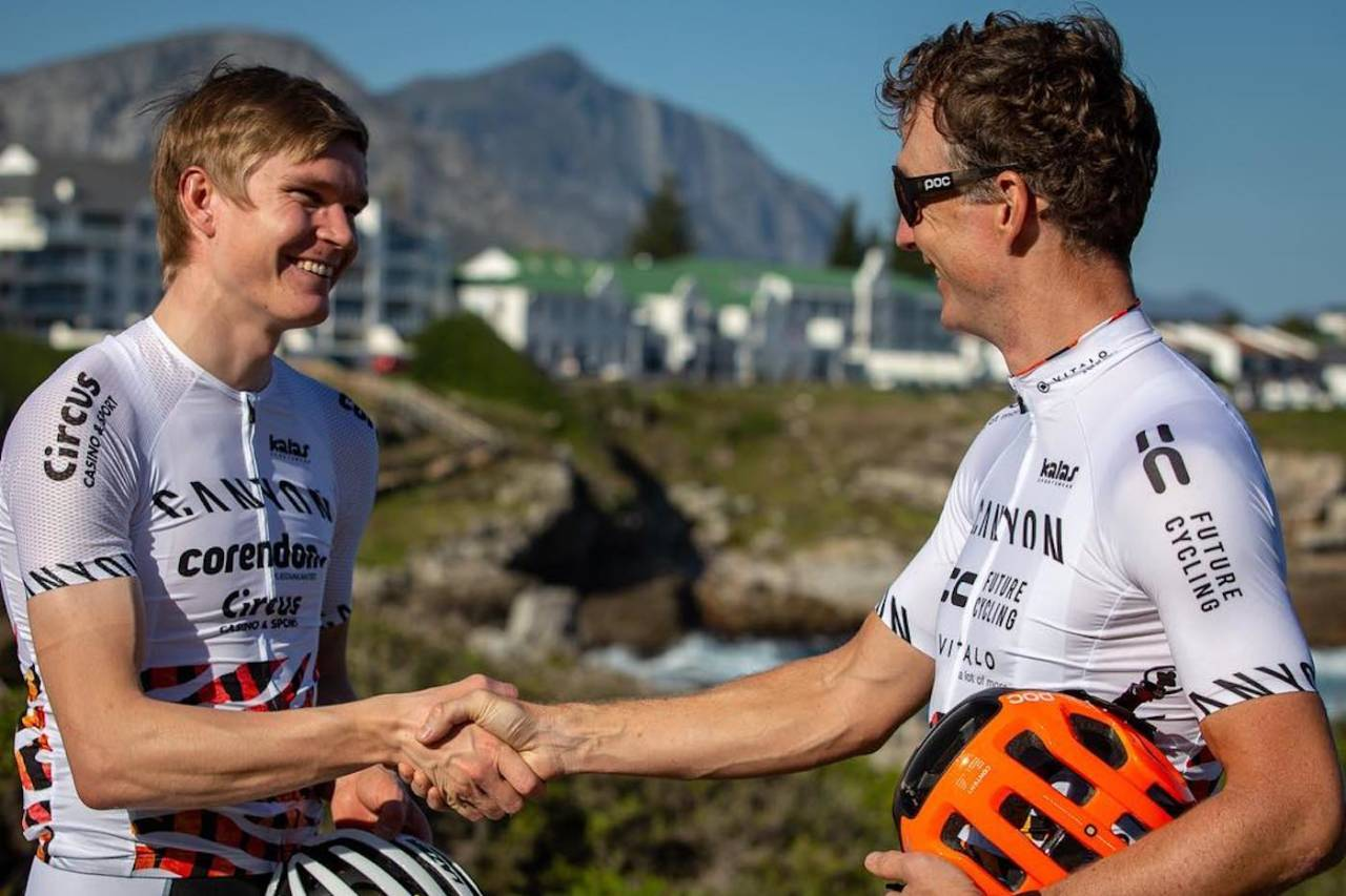 Petter Fagerhaug (til venstre) sykler Cape Epic sammen med veteranen Kristian Hynek, som vant rittet i 2014. Foto; Canyon