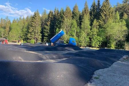 Tirsdag kom det 100 tonn asfalt til pumptracken på Siggerud. Foto: Trond Dyrnes