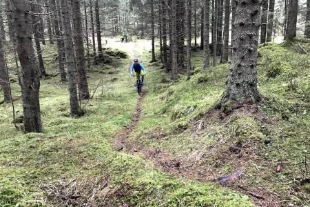 Vått, rått og herlig var stikkord for sesongens første guidede tur i regi av NOTS Lillehammer og Omegn. Foto: Asgeir Linberg