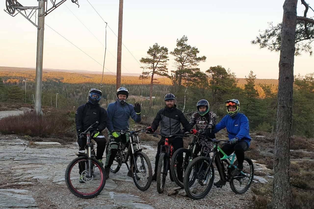 Med barmarkforhold i skogen og kunstsnø i bakken inviterte Kjerringåsen skisenter både syklister og alpinister til heisbasertkjøring 4. januar. Foto: Hanne Holmstrøm Karlsen