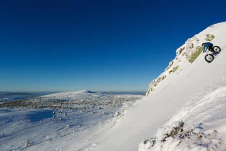 Tim Glazebrook på vei ned Vestre Skurufjellshøa i Trysil mandag. Foto: Erik Olsson