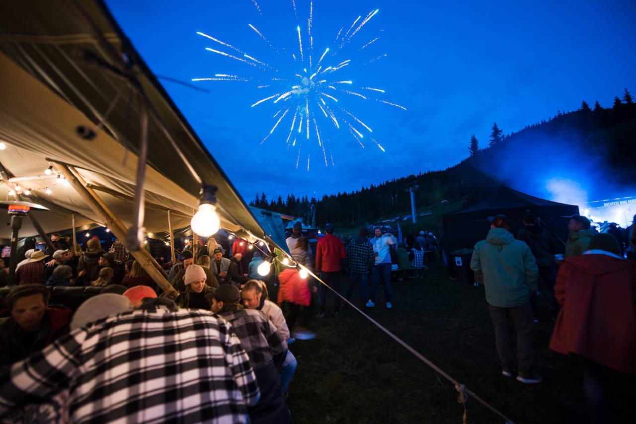 Hillbilly Huckfest feiret tiårsjubileet på flere måter i løpet av festivalhelga, inkludert fyrverkeri på lørdag kveld. Foto: Håvard Brennhovd