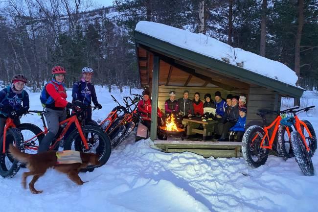 Bålpause ved gapahuken under Global Fatbike Day i Alta, der over 70 syklister var med på fellesturer og sosialt i  år. Foto: Trygve Nygård/GLØD Explorer